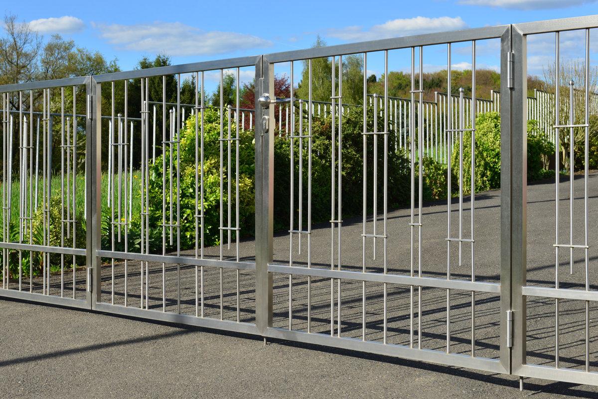 10 inspirerende moderne poorten in hout en metaal - Modern tuinbekken ...